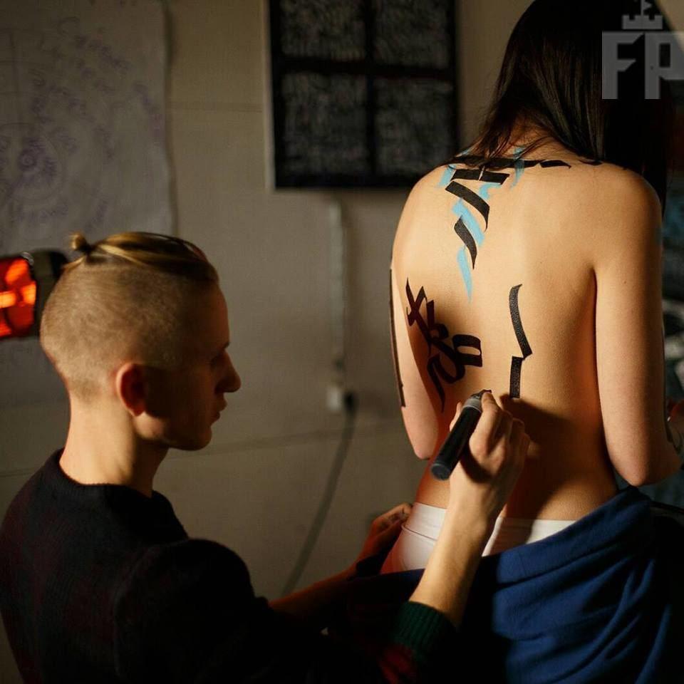 каллиграфия на женском теле