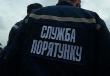 В Запоріжжі легковик врізався в дерево: водія діставали рятувальники