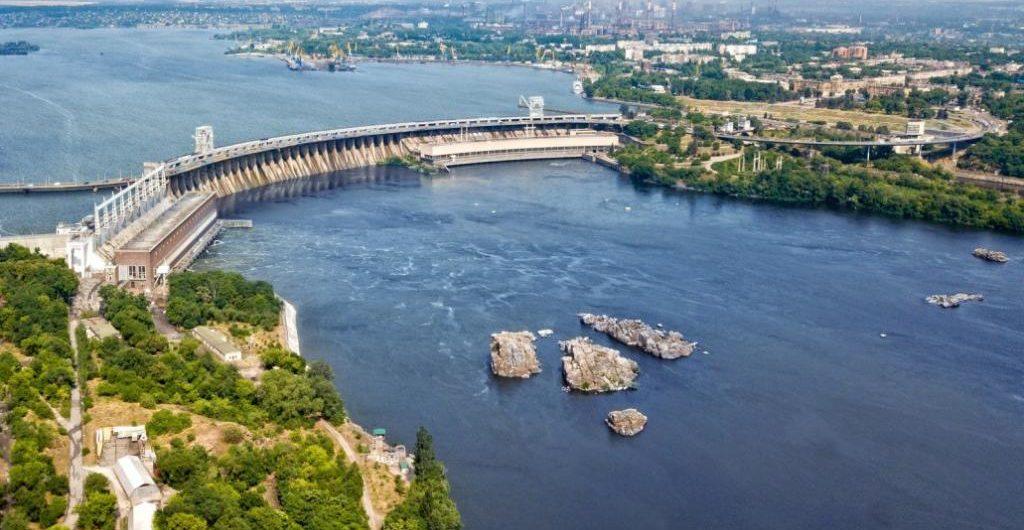 Запорізькі комунальники почали лагодити ями на греблі ДніпроГЕС (відео)