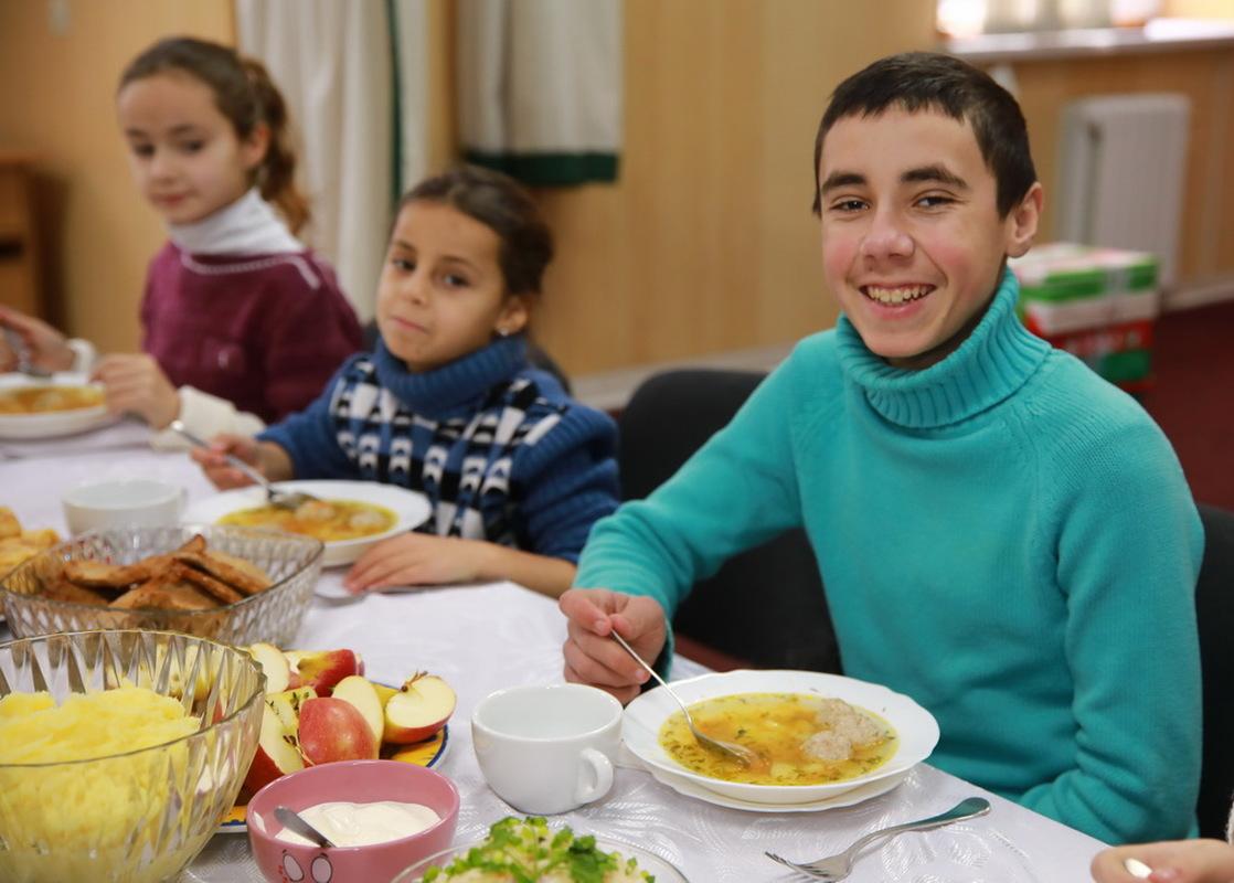 Запорізькі чиновниці приготували обід для соціально незахищених дітей