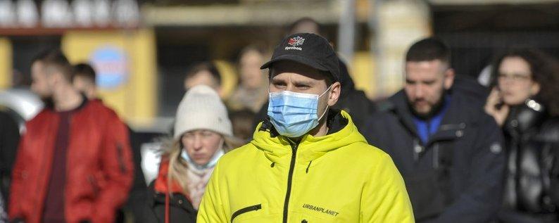 Прохожий в респираторной маске в Киеве, 3 марта 2021 г.  Фото Чузавков Сергей / УНИАН
